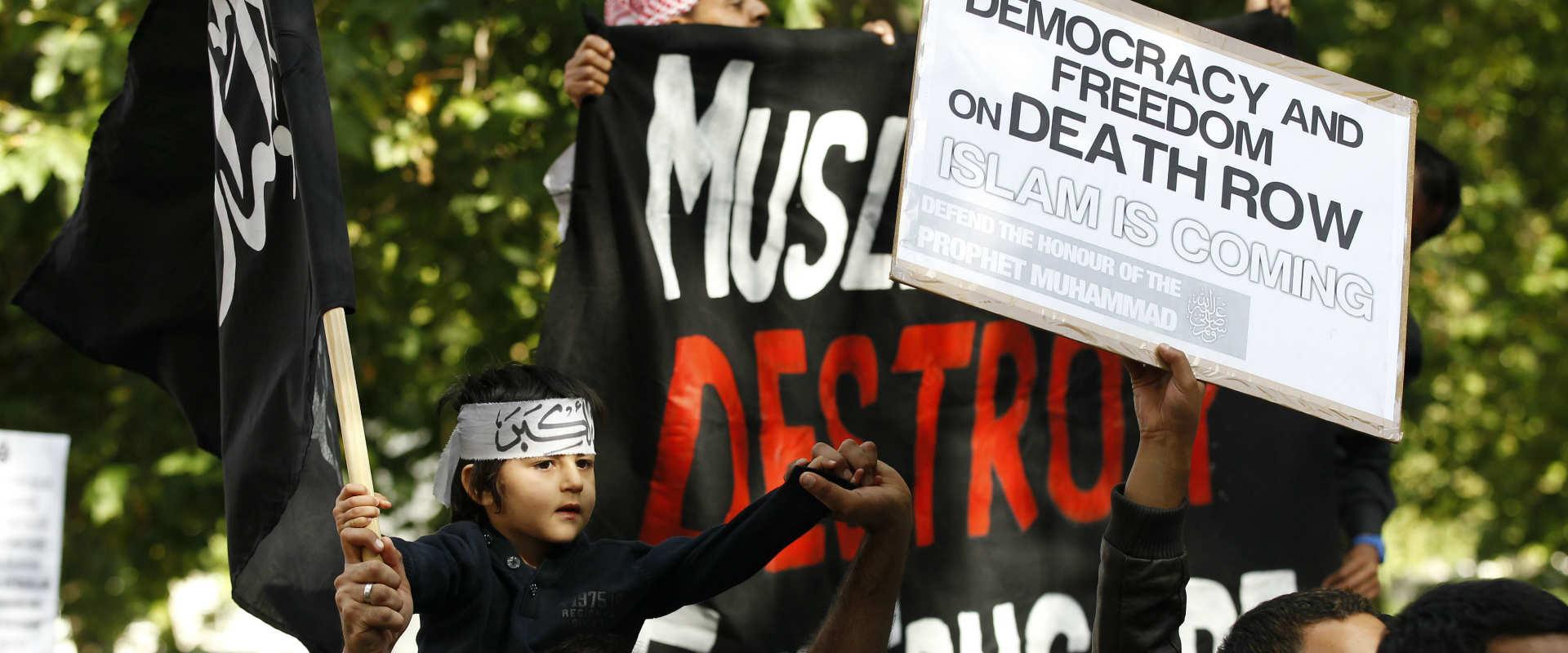 """פעילי איסלאם קיצוני מפגינים מול שגרירות ארה""""ב בלונ"""