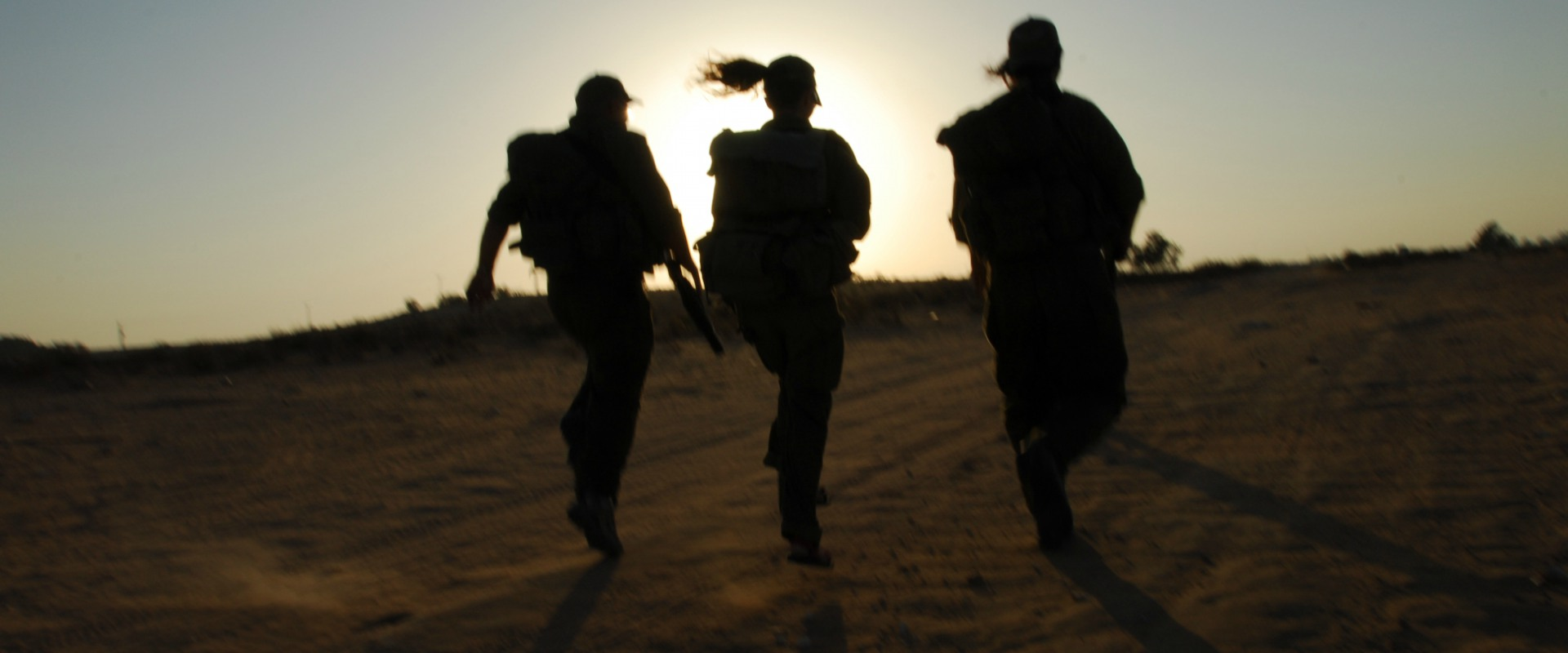 חיילות בתרגיל צבאי