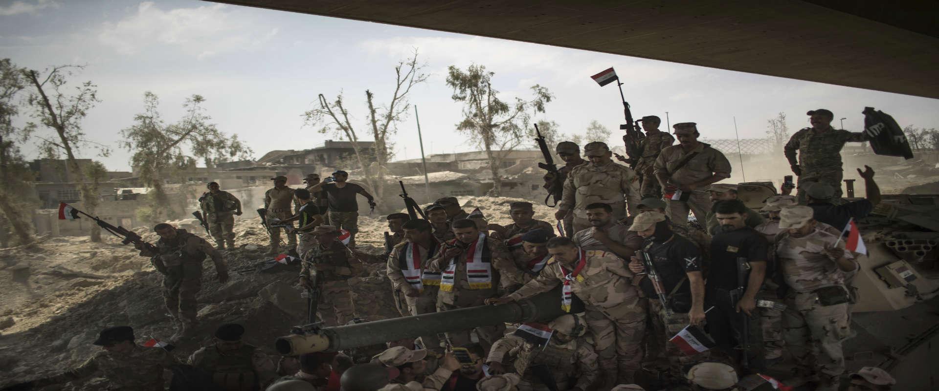 לוחמי צבא עיראק חוגגים את ניצחונם על דאעש בעיר העת