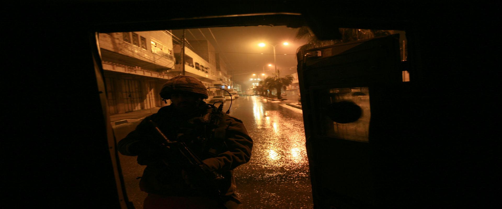 """חייל צה""""ל בפשיטה על בתים של אנשי חמאס בחברון, 2008"""