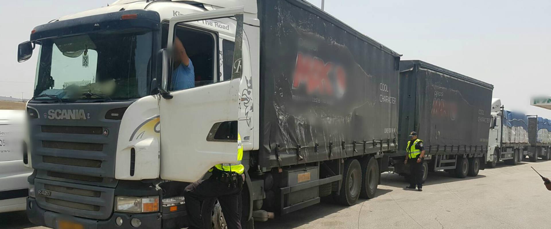הנהג והמשאית עם הליקויים