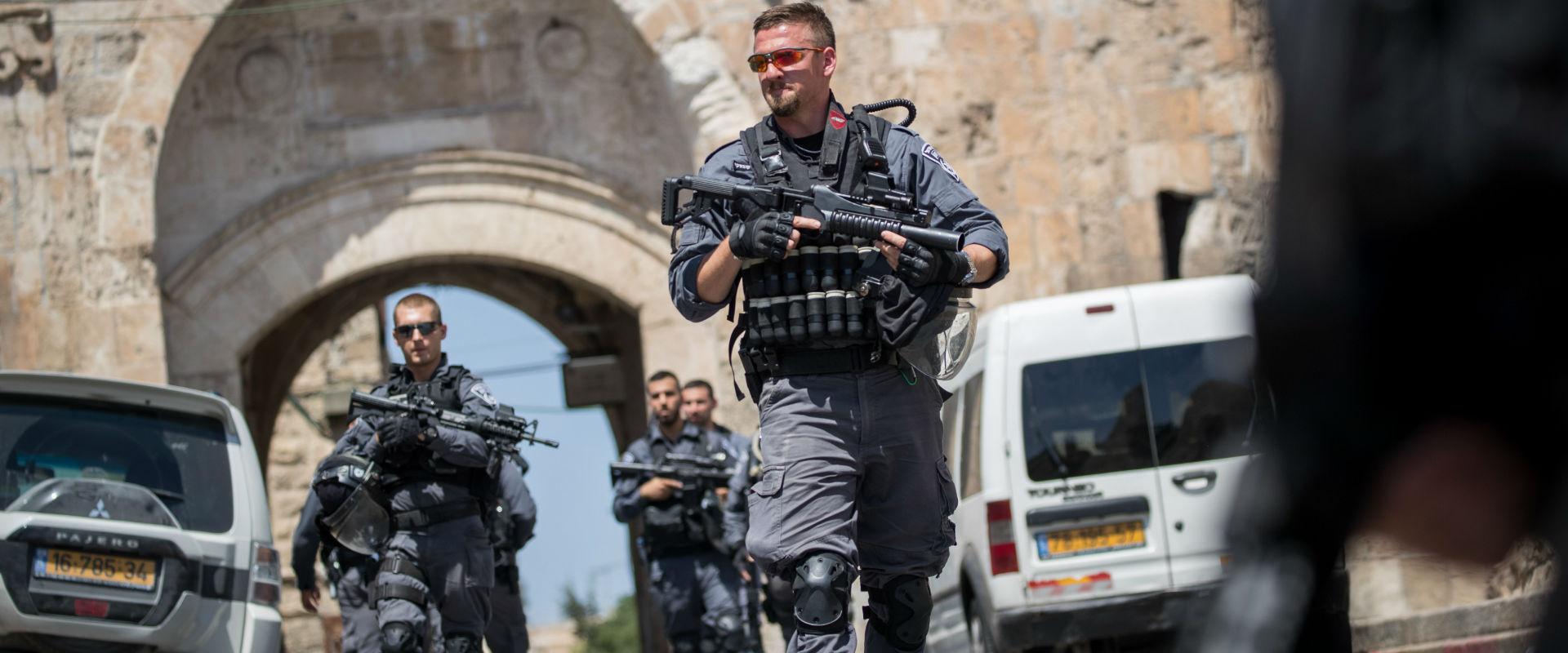 שוטרים בשער האריות, היום (צילום: יונתן זינדל, פלאש
