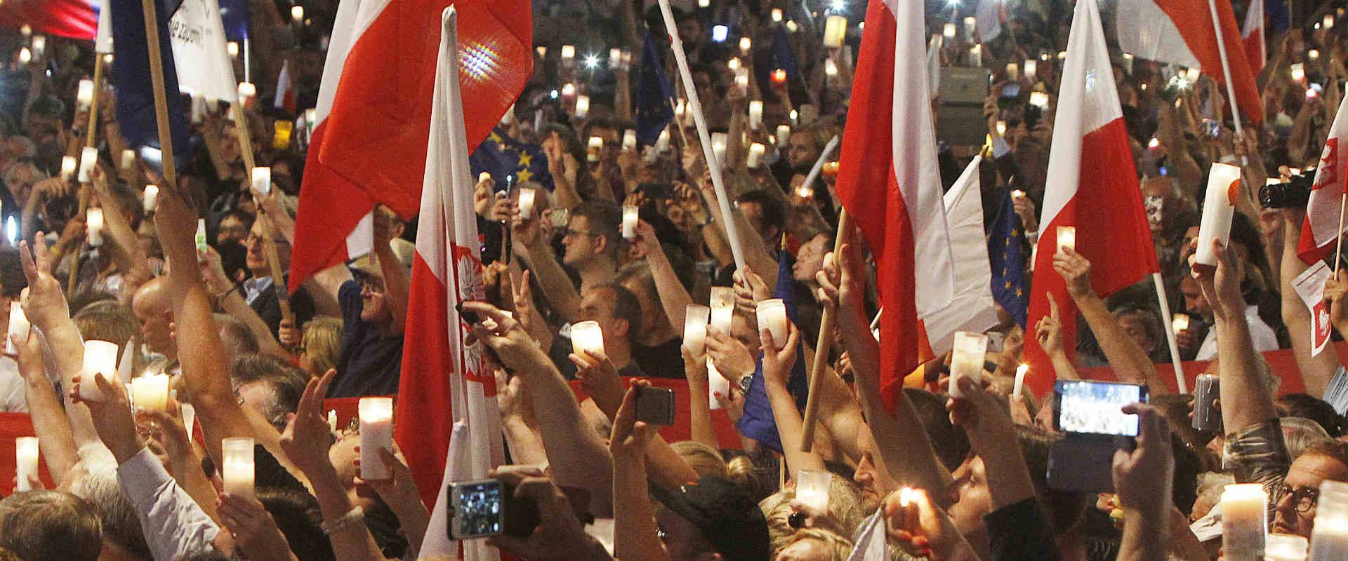 מפגינים בפולין נגד החוק, שלשום