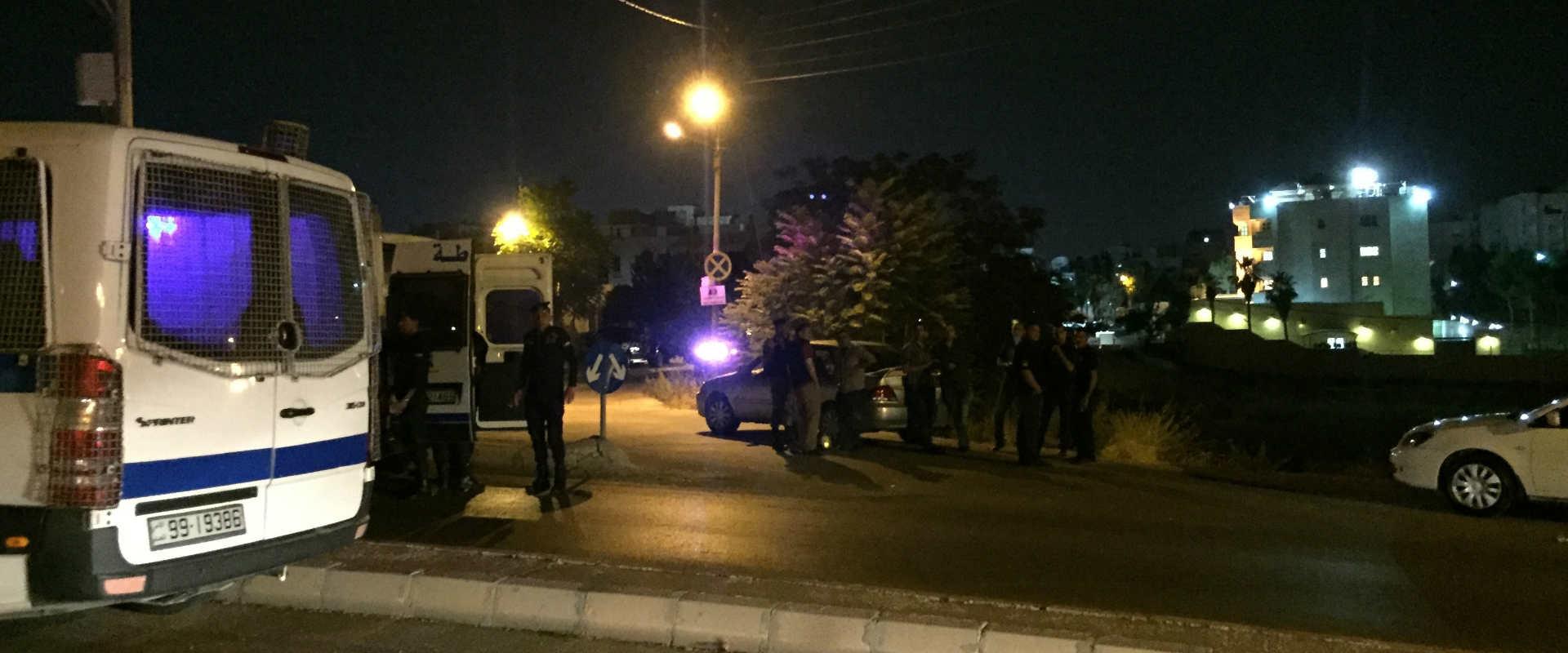 כוחות ביטחון ירדניים סמוך לשגרירות ישראל בעמאן לאח