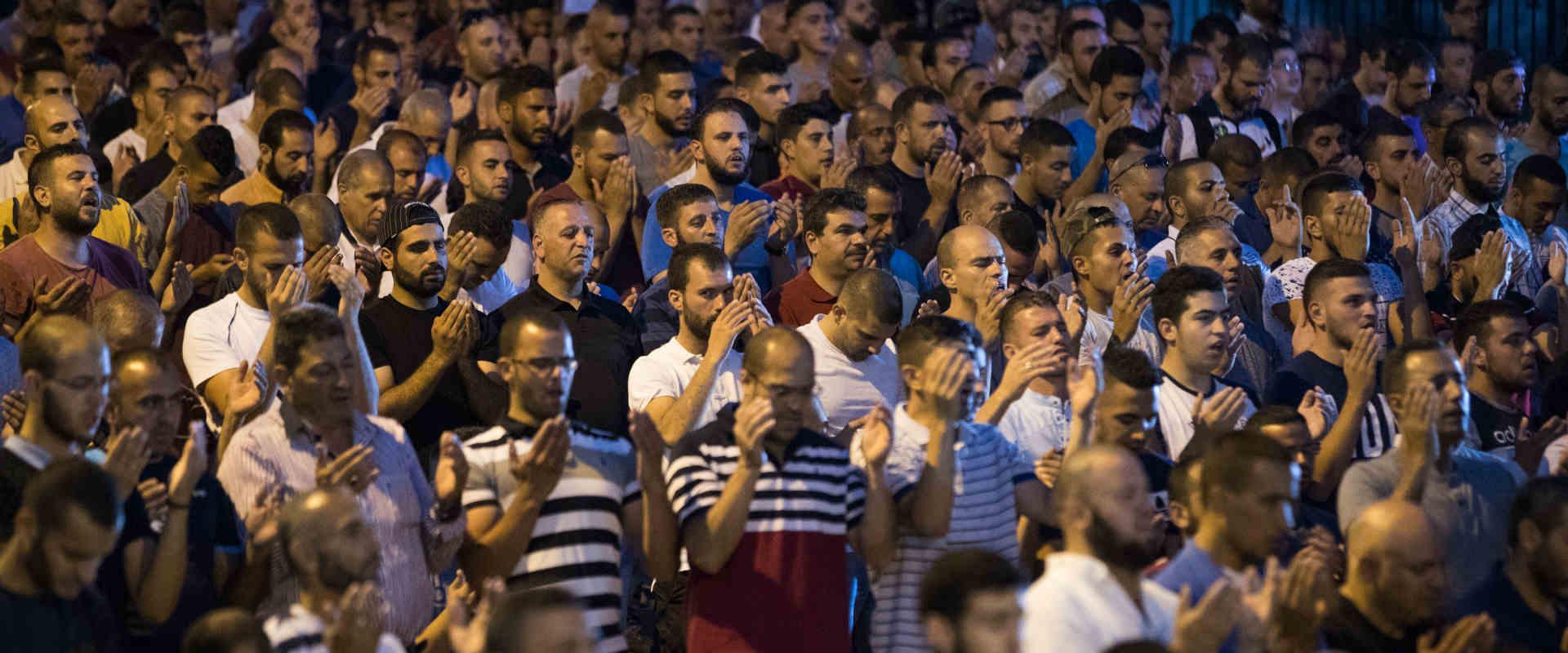 פלסטיינם מתפללים מחוץ להר-הבית