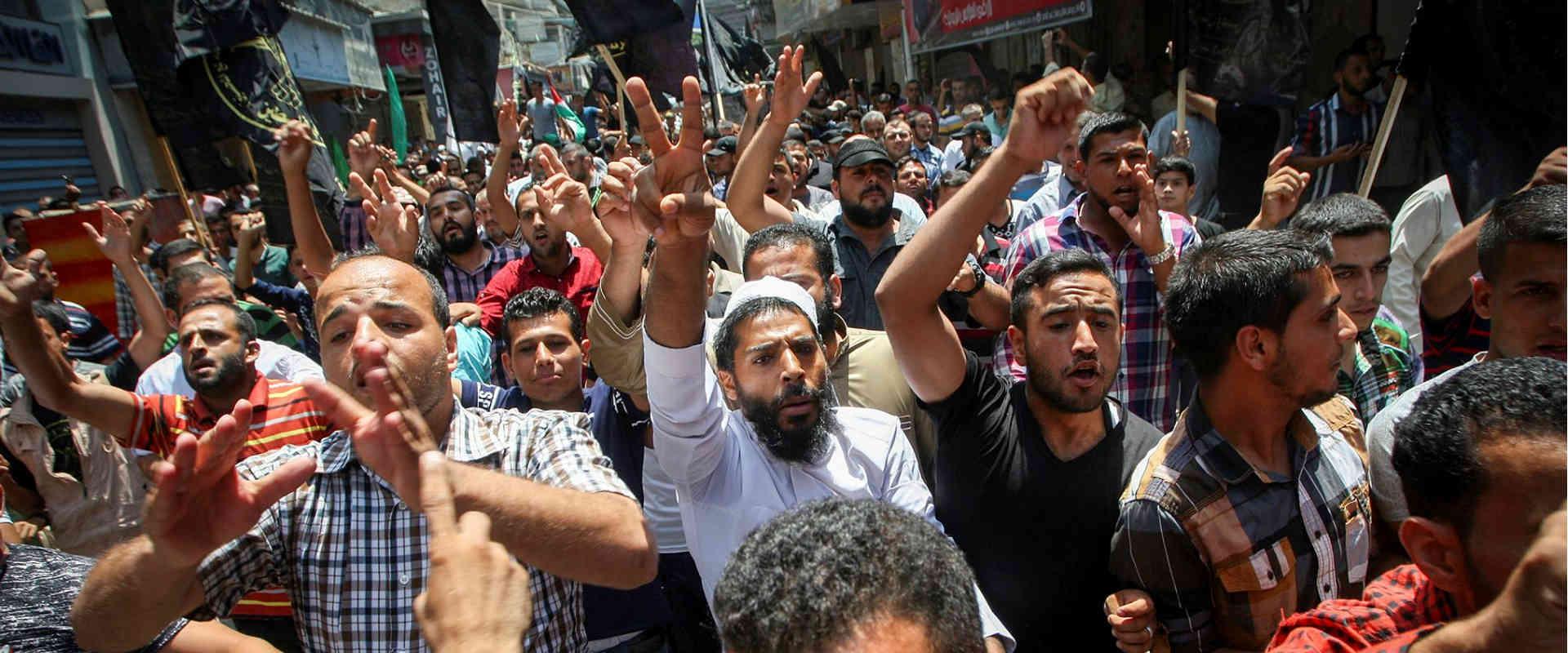 פלסטינים מפגינים מחוץ להר הבית, השבוע