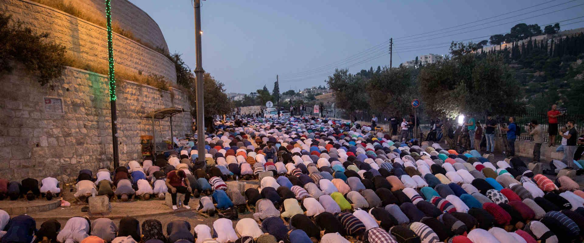 מתפללים מוסלמים ליד שער האריות בעיר העתיקה בירושלי