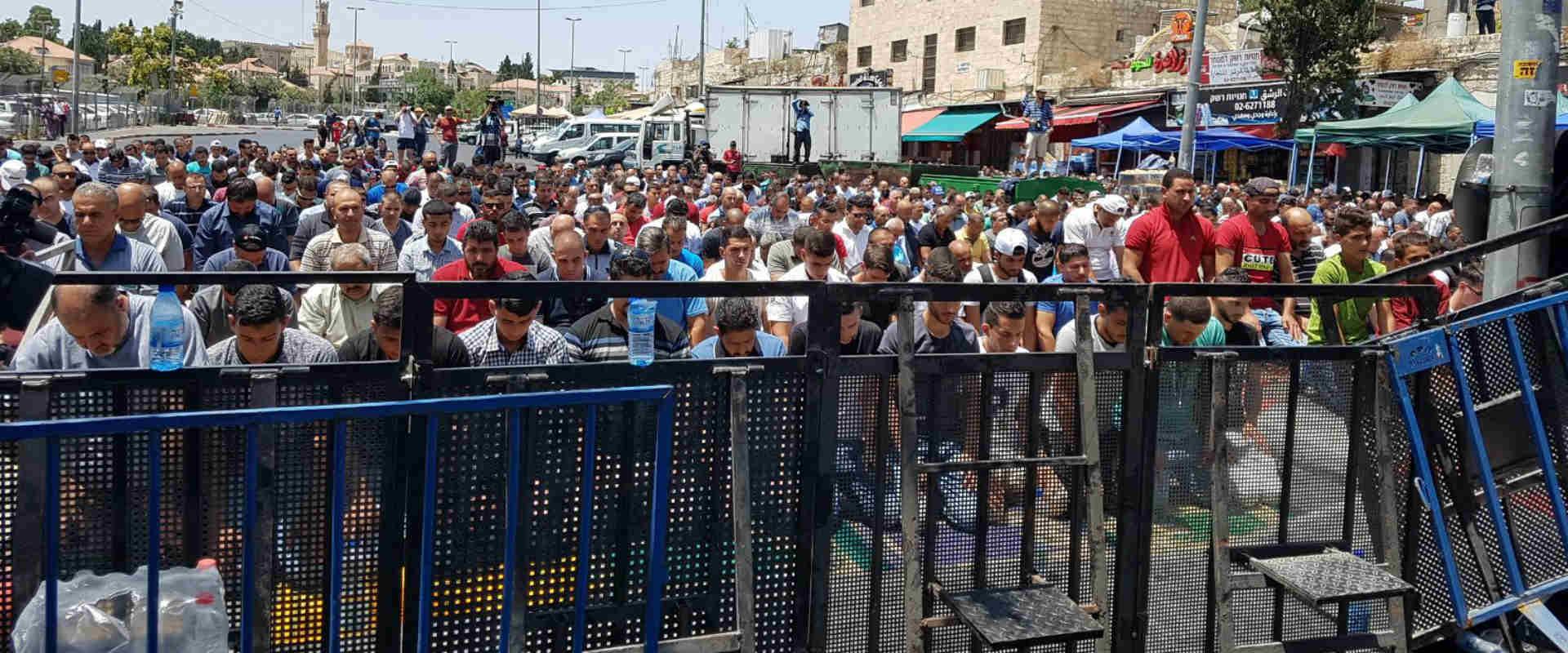 תפילה של צעירים סמוך לשער שכם, היום בירושלים