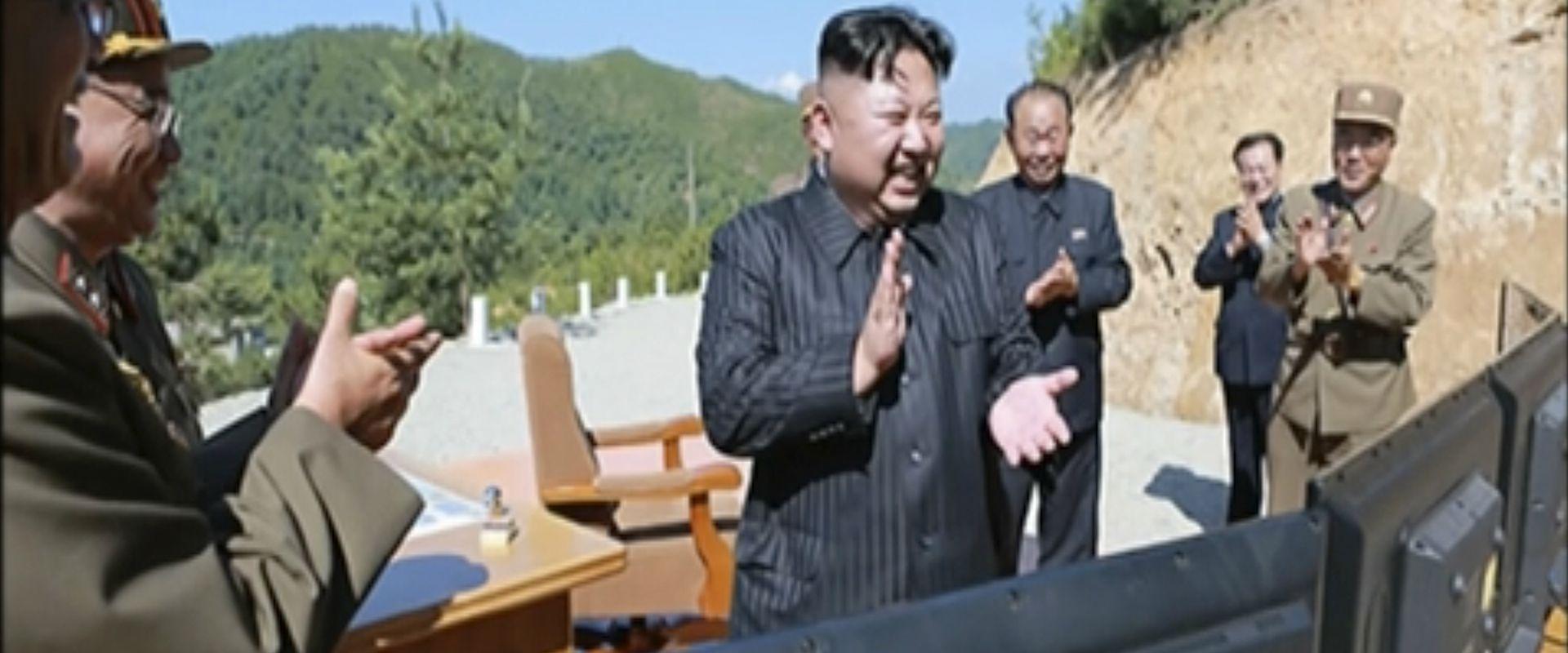 צילום ארכיון: מנהיג קוריאה הצפונית בניסוי טילים