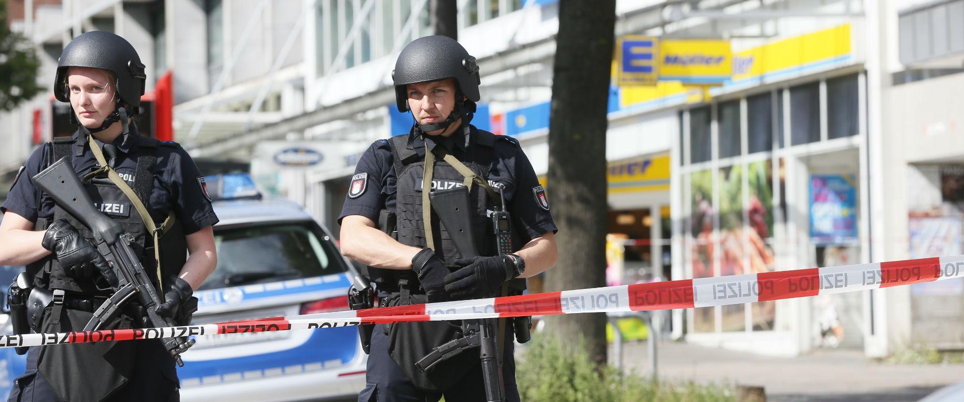 שוטרים גרמנים בזירת פיגוע (צילום: אי-פי)