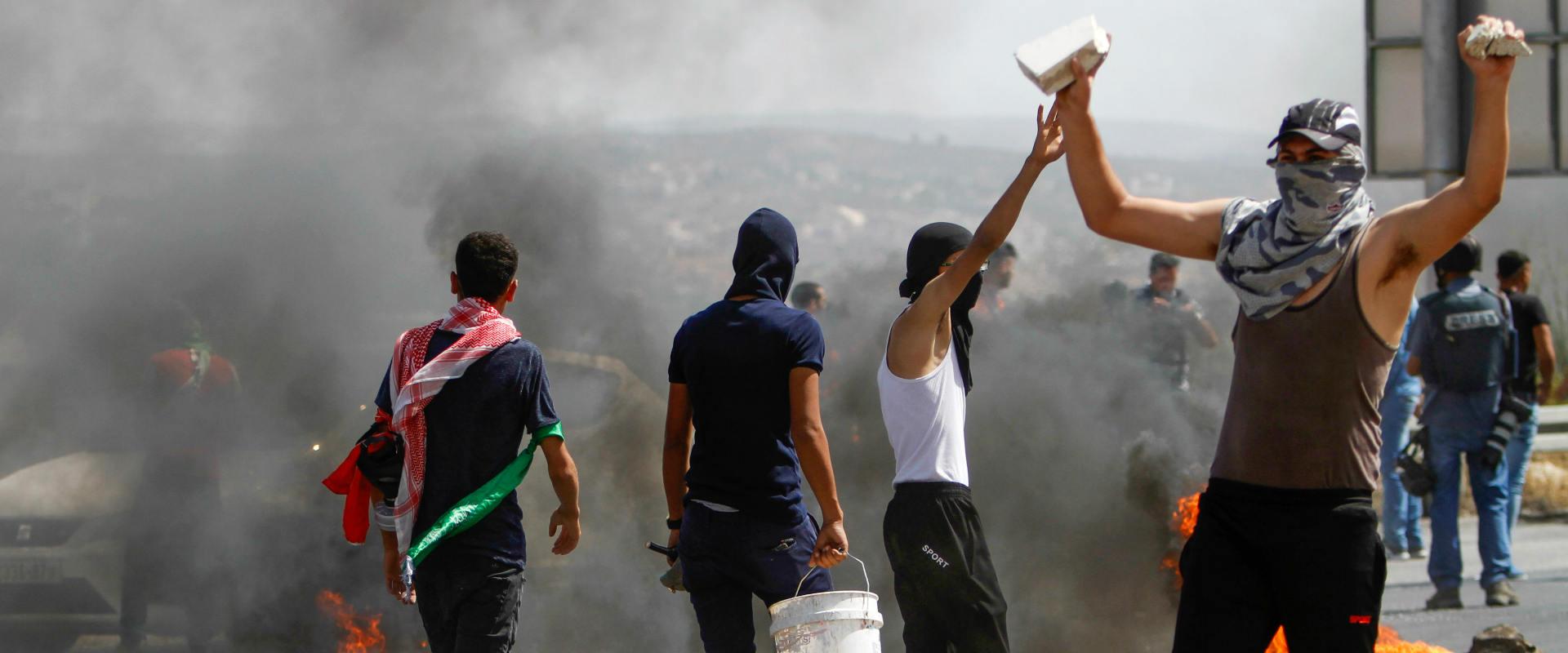 מתפרעים פלסטינים במחסום חווארה, השבוע