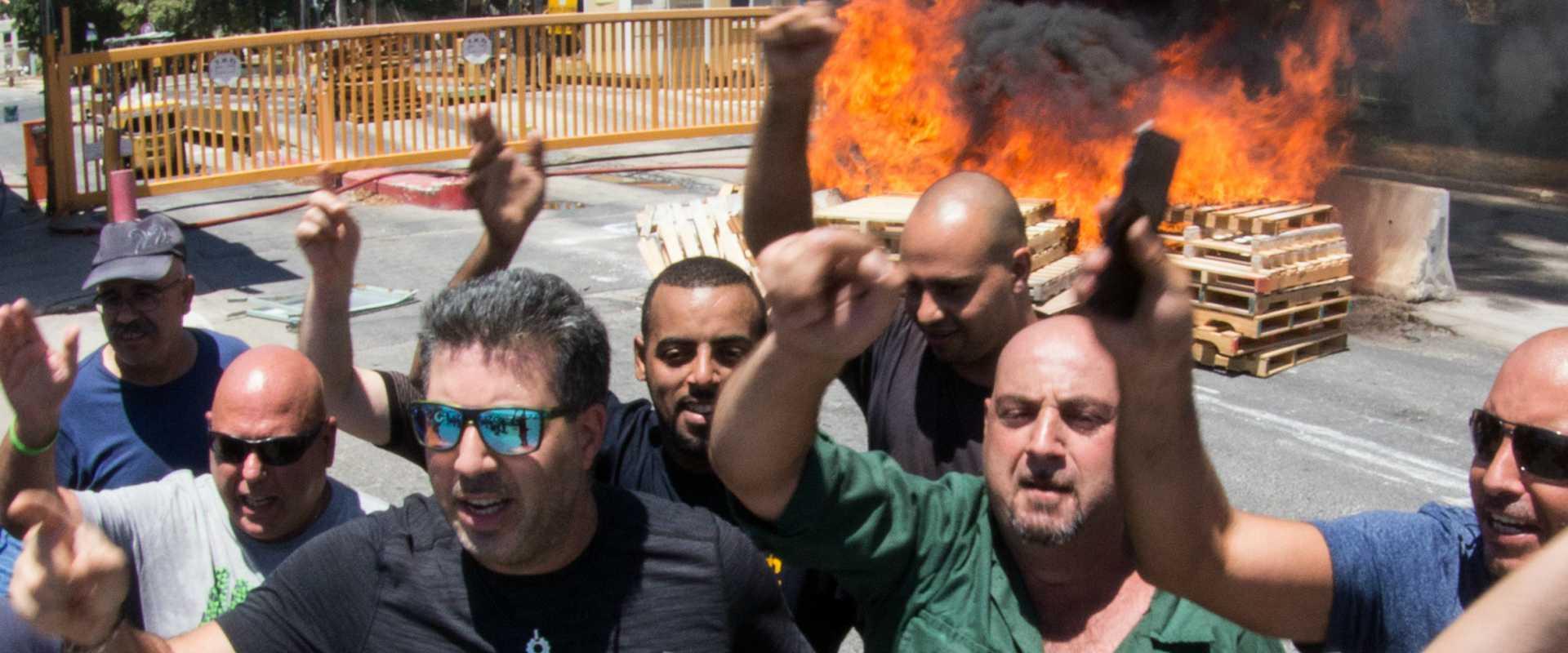 עובדי חיפה כימיקלים מפגינים במפעל