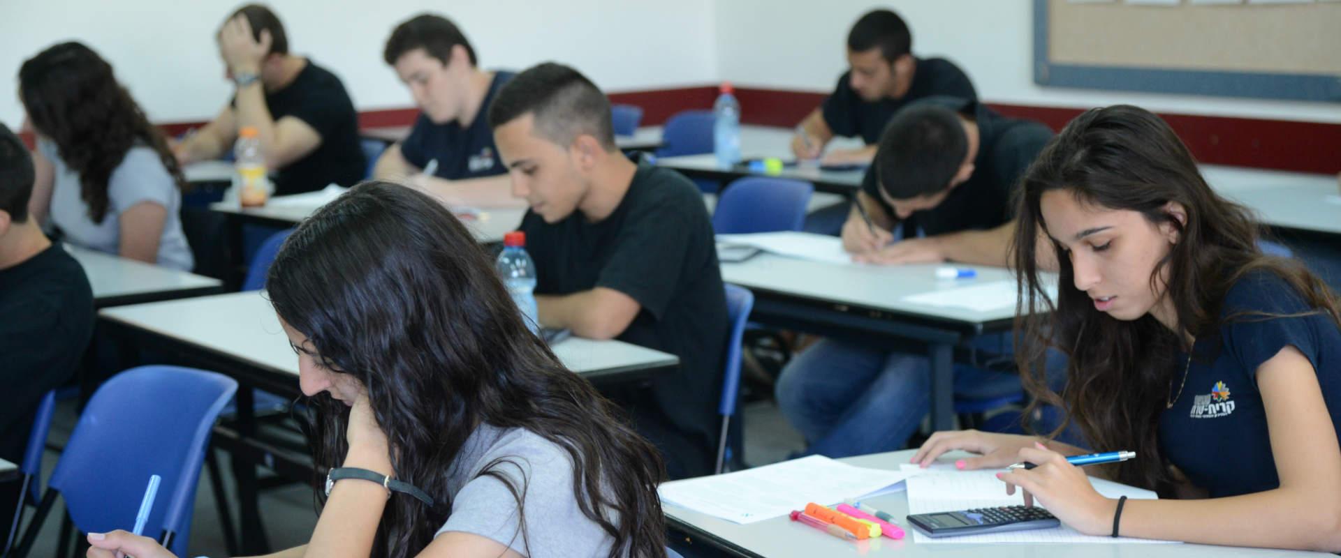 תלמידים נבחנים. למצולמים אין קשר לכתבה