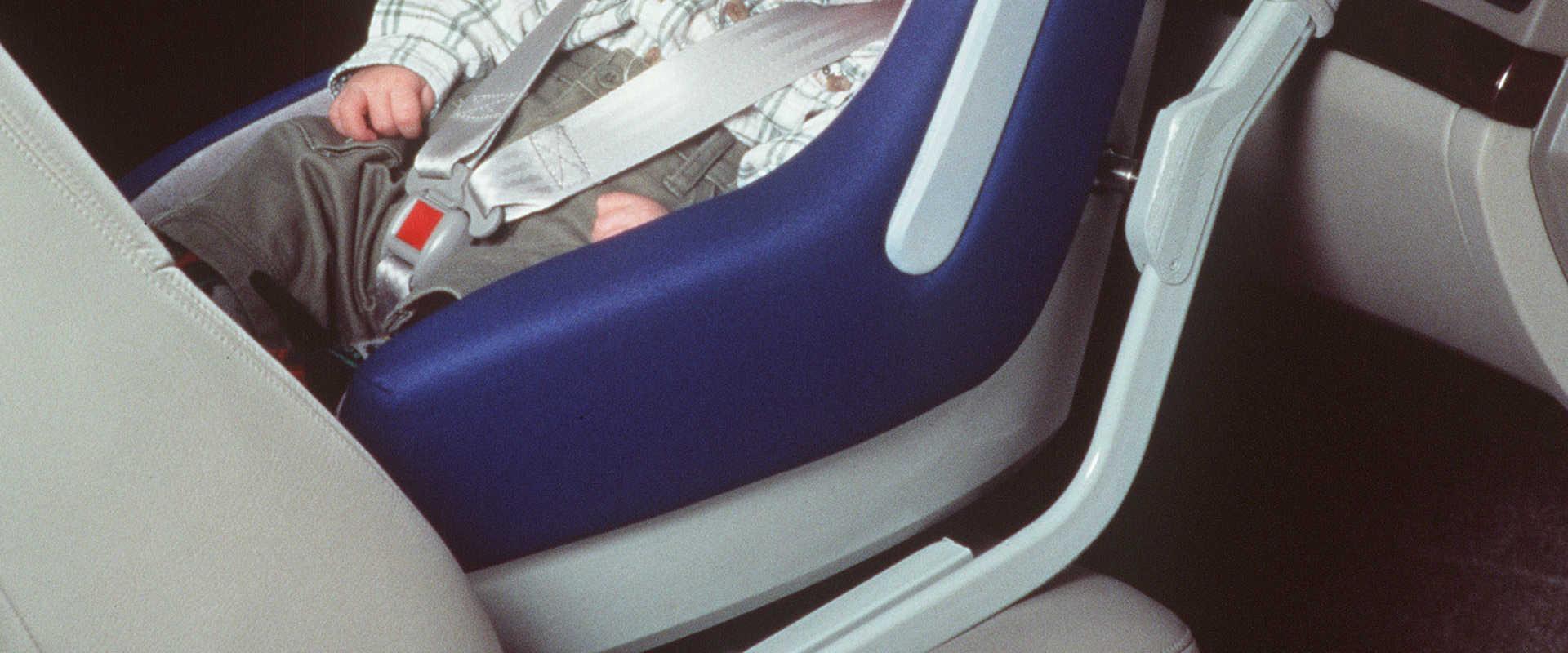תינוק במושב בטיחות
