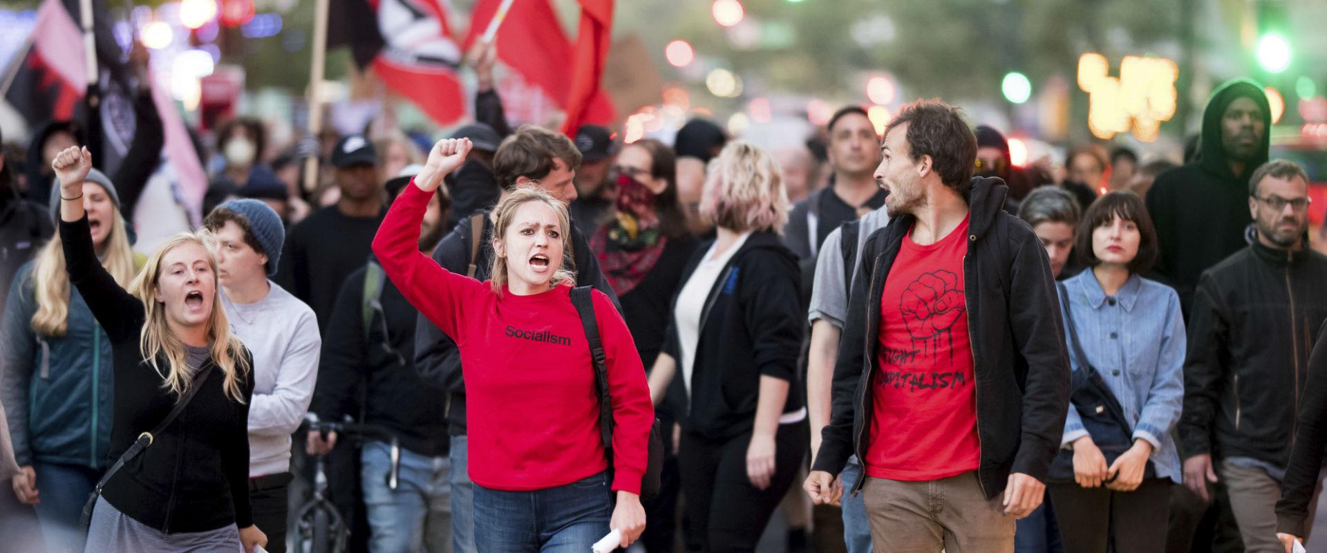 """הפגנות בארה""""ב בעקבות הדריסה בווירג'יניה"""