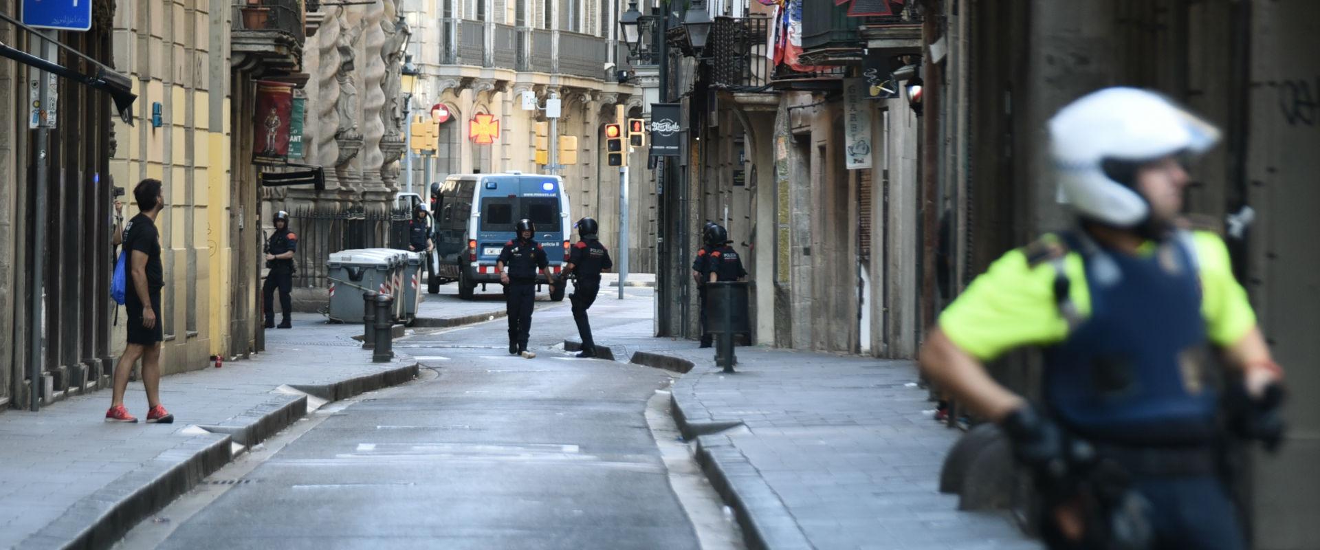 שוטרים סמוך לזירת הפיגוע בברצלונה