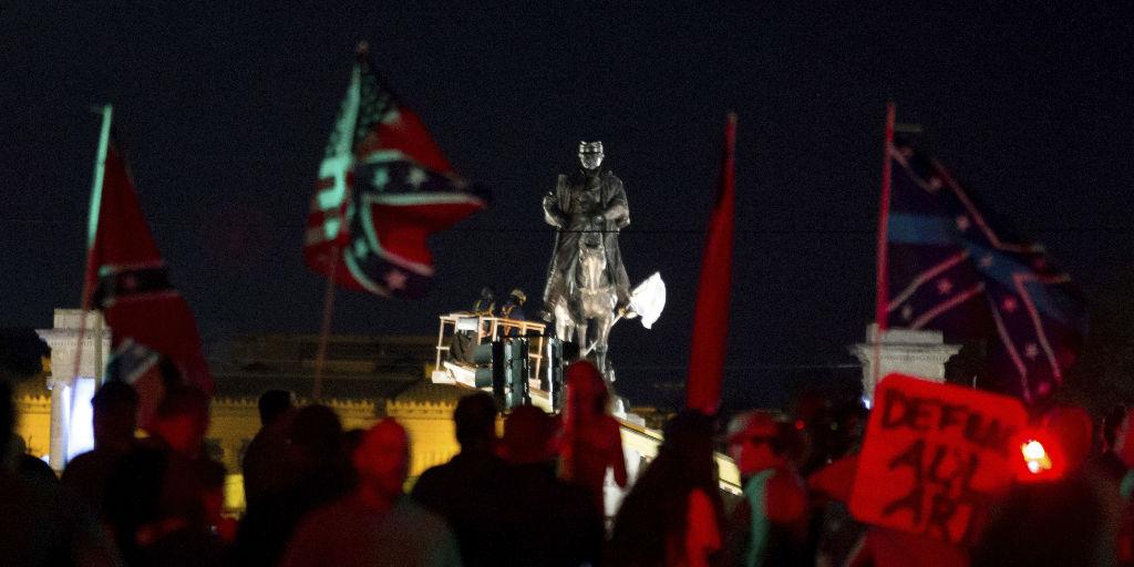 מפגינים מניפים דגלי קונפדרציה בעת הסרת פסל, השבוע