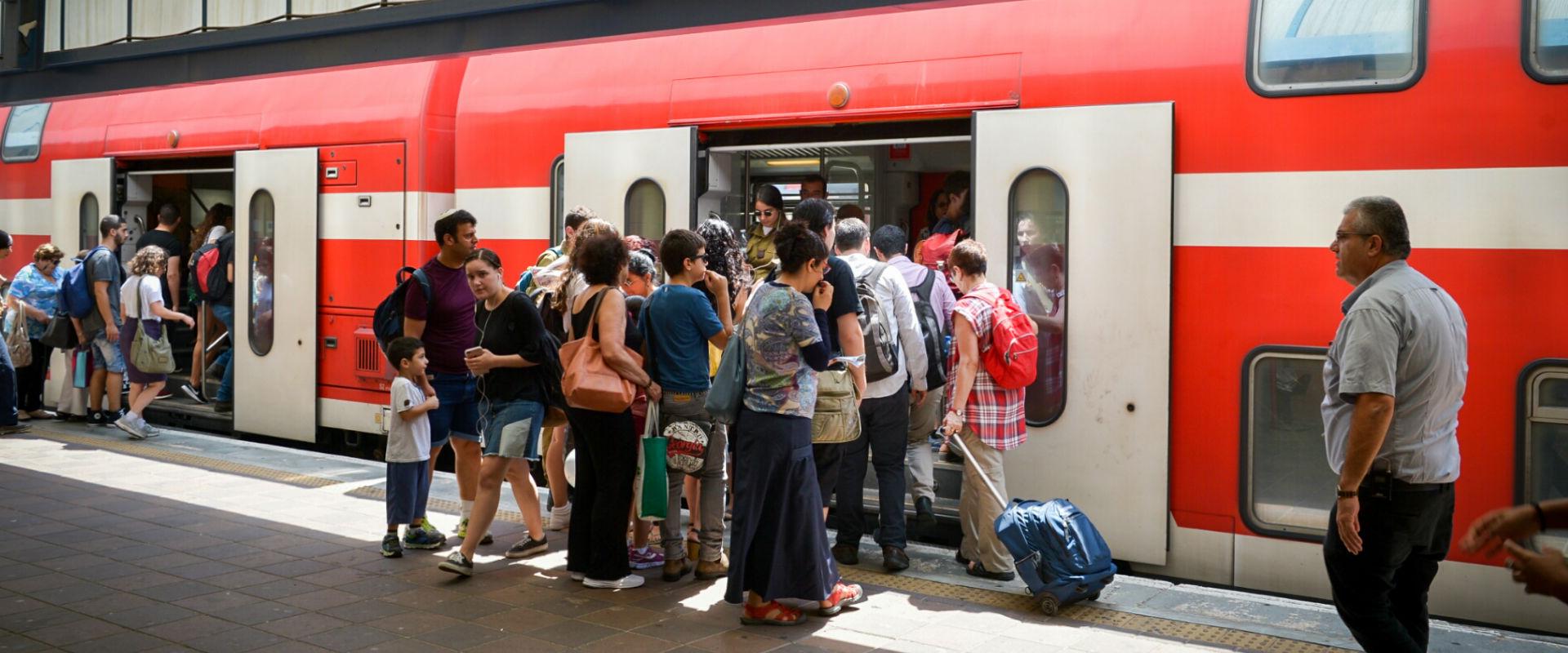 נוסעים ברכבת
