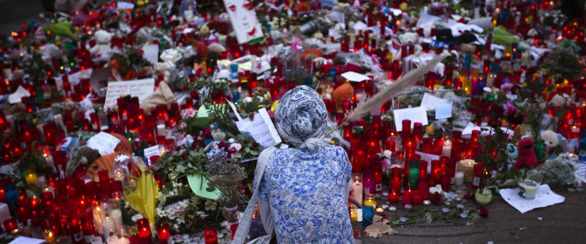 מתאבלים בזירת הפיגוע בברצלונה