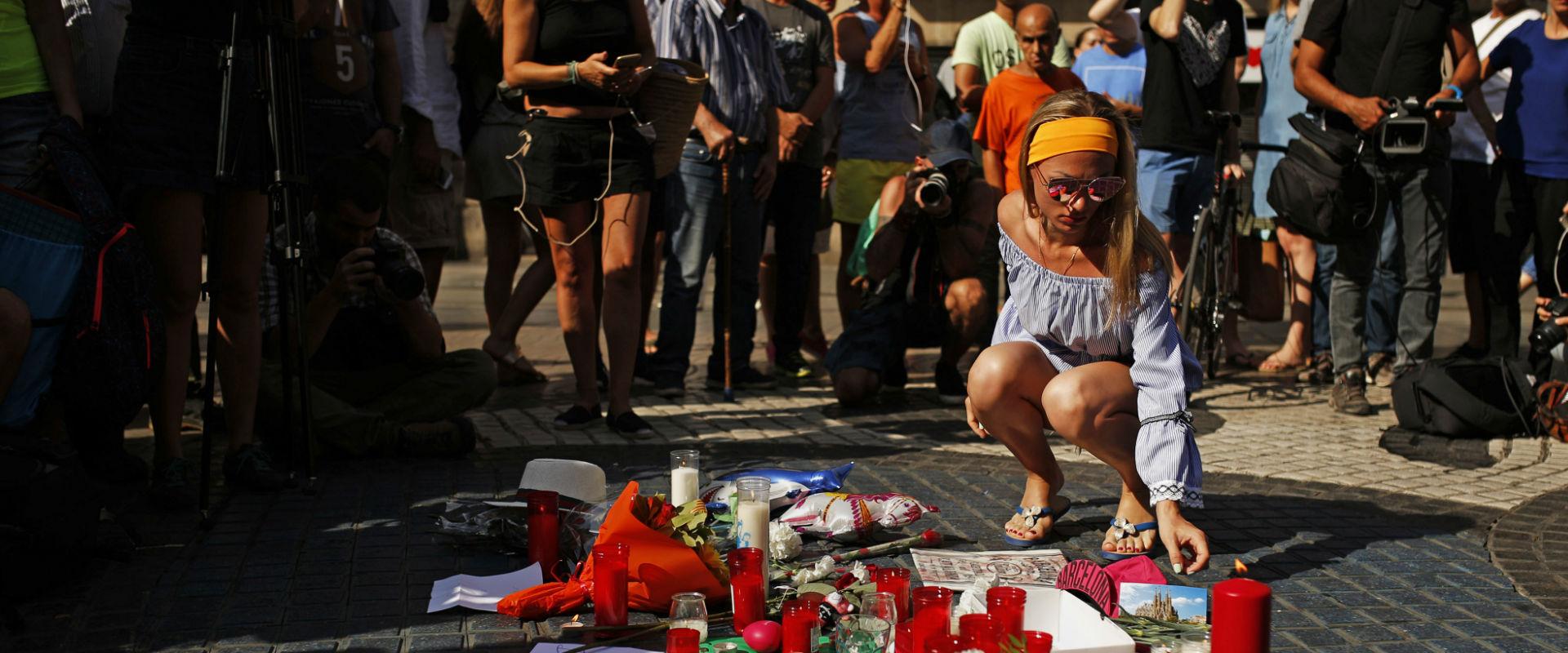 אבלים בזירת פיגוע הדריסה בברצלונה