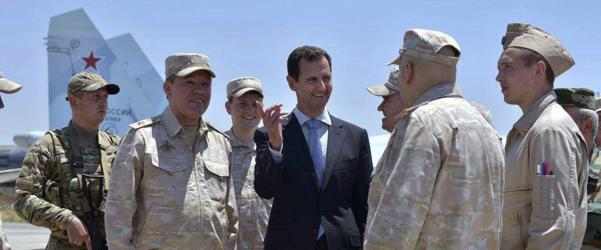 """אסד עם הרמטכ""""ל הרוסי בבסיס בסוריה"""