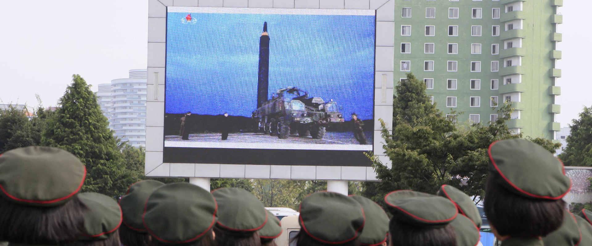 צופים בדיווחים על שיגור הטיל בפיונגיאנג