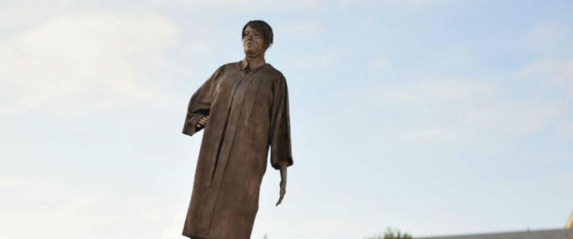 הפסל של מרים נאור, הבוקר