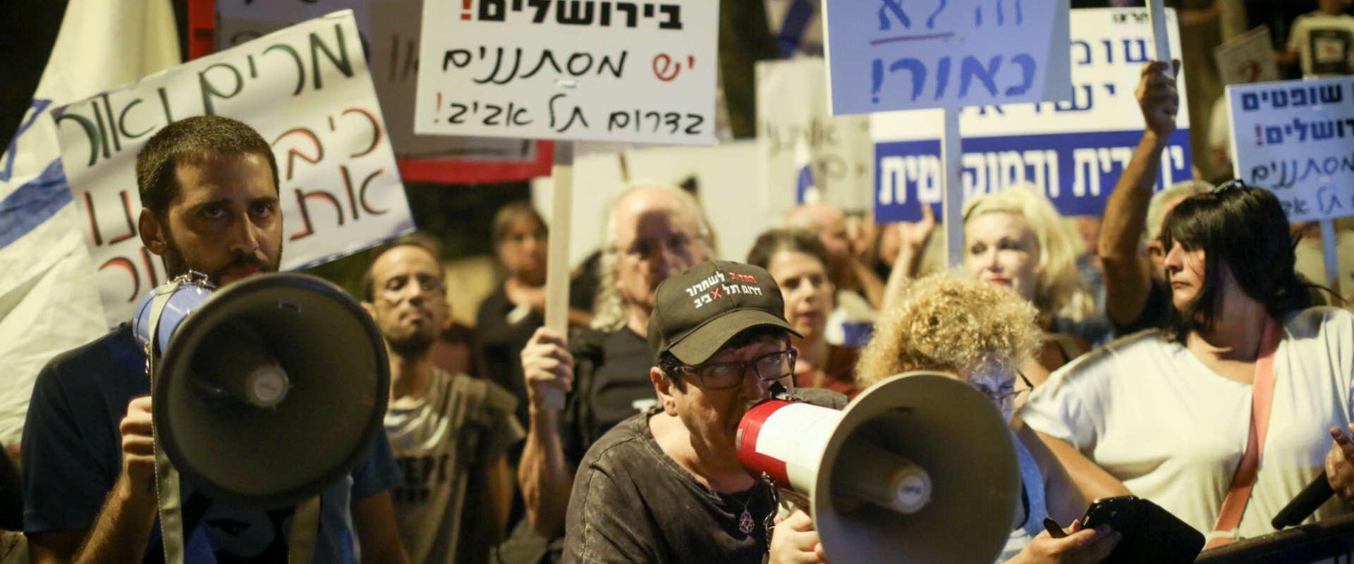 """מפגינים מול ביתה של נשיאת ביהמ""""ש העליון, הערב בי-ם"""