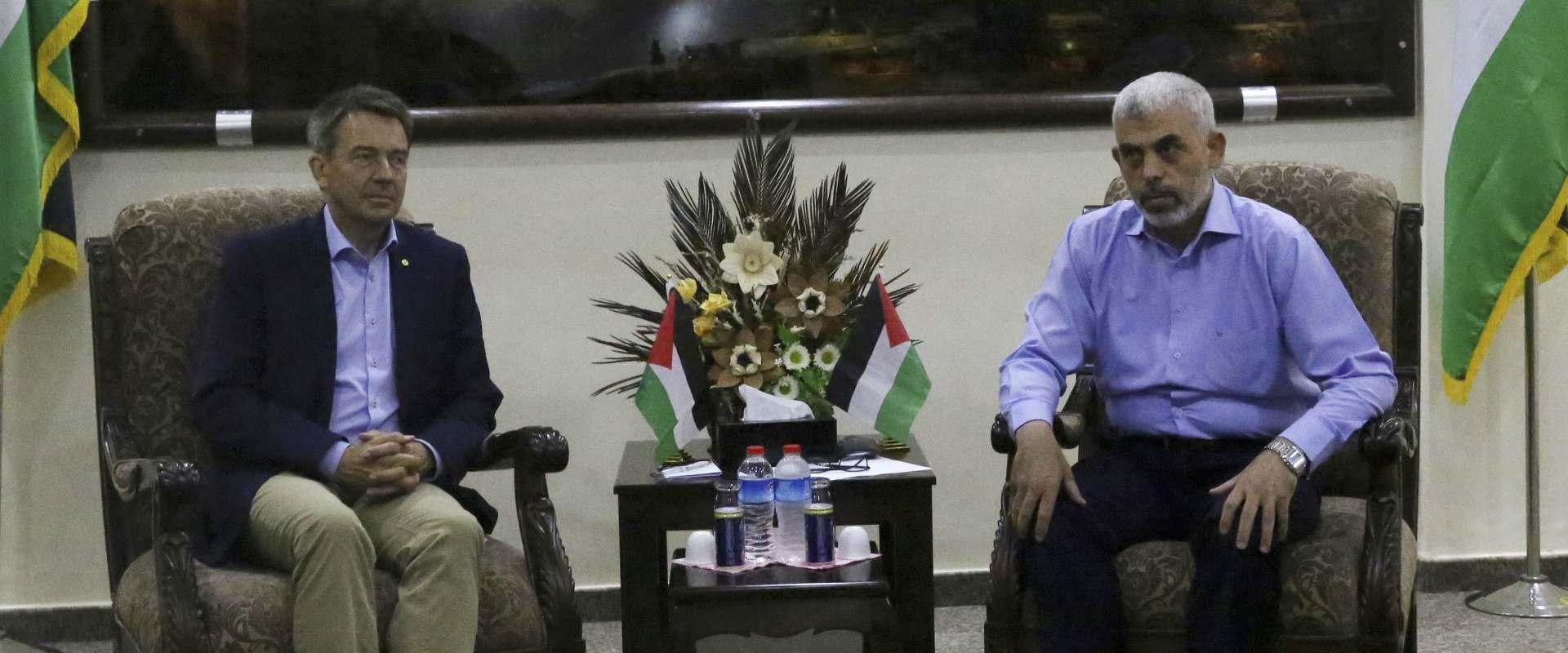 פטר מאורר ויחיא סנוואר בפגישתם בעזה