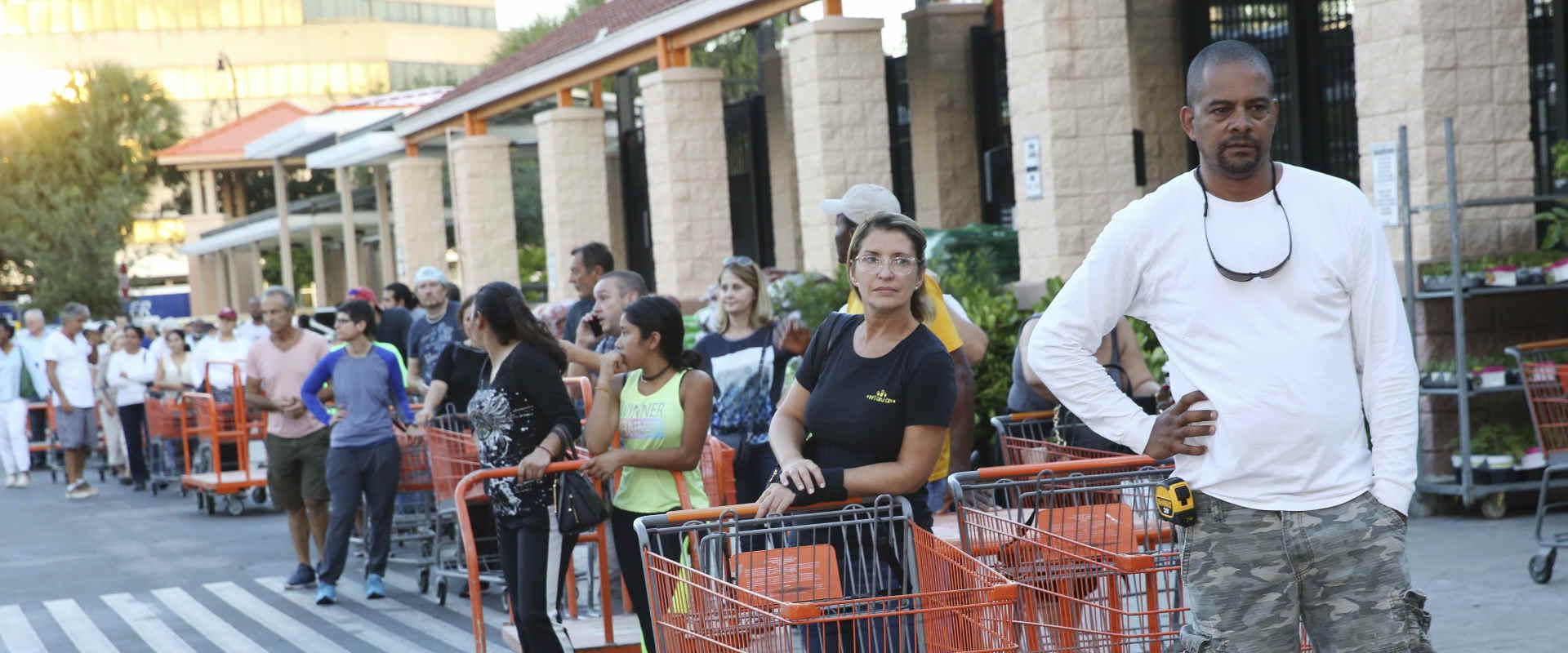 תושבים במיאמי ממתינים להיכנס למרכול, היום