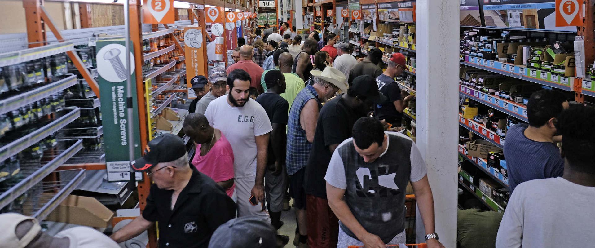 תושבי פלורידה מצטיידים בסופרמרקטים לקראת הסופה