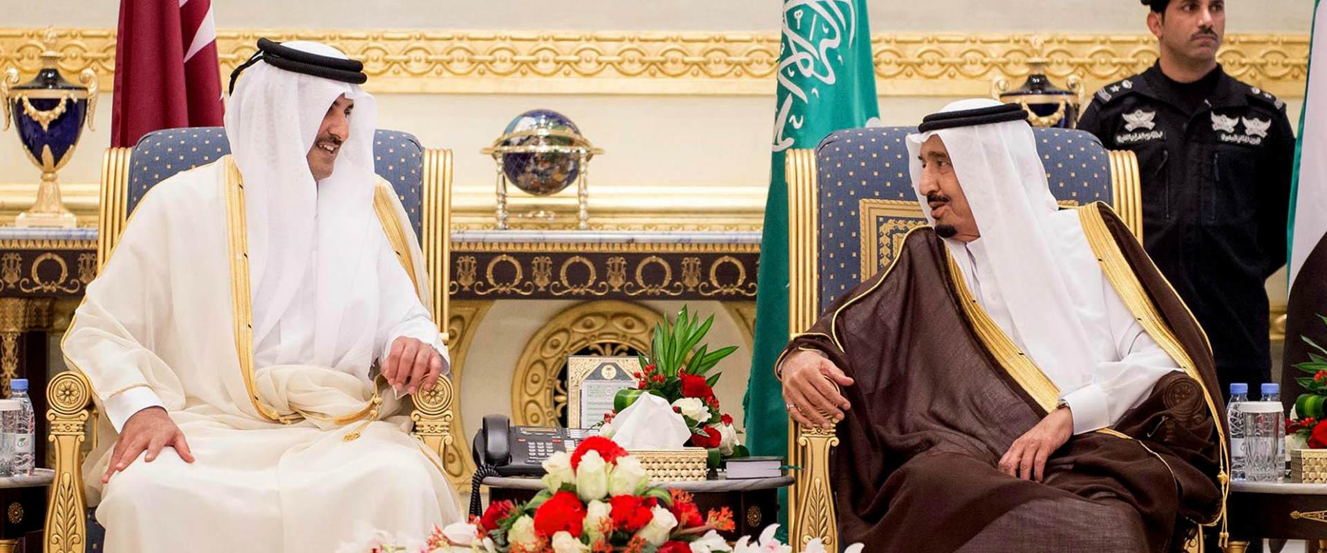 סלמאן, מלך ערב הסעודית (ימין), לצד אמיר קטר, שייח'