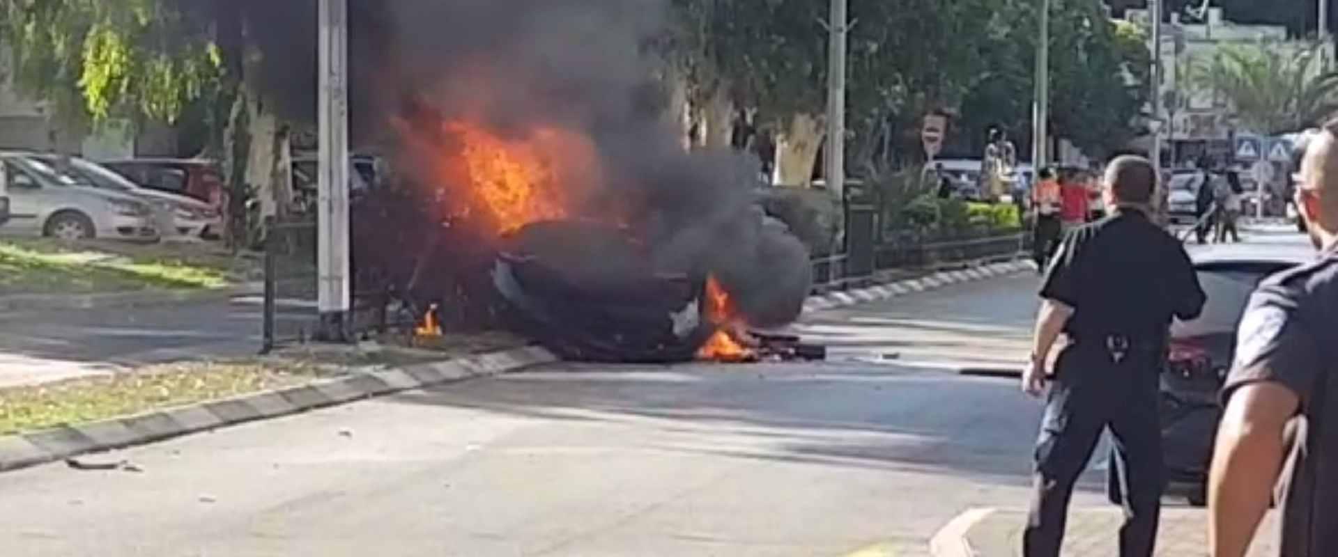 הרכב עולה באש לאחר הפיצוץ בנשר