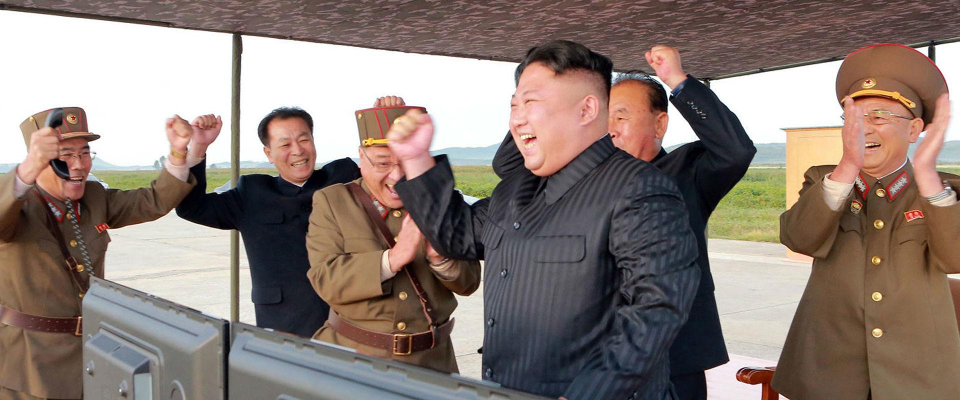 מנהיג קוריאה הצפונית קים ג'ונג און חוגג את שיגור ה