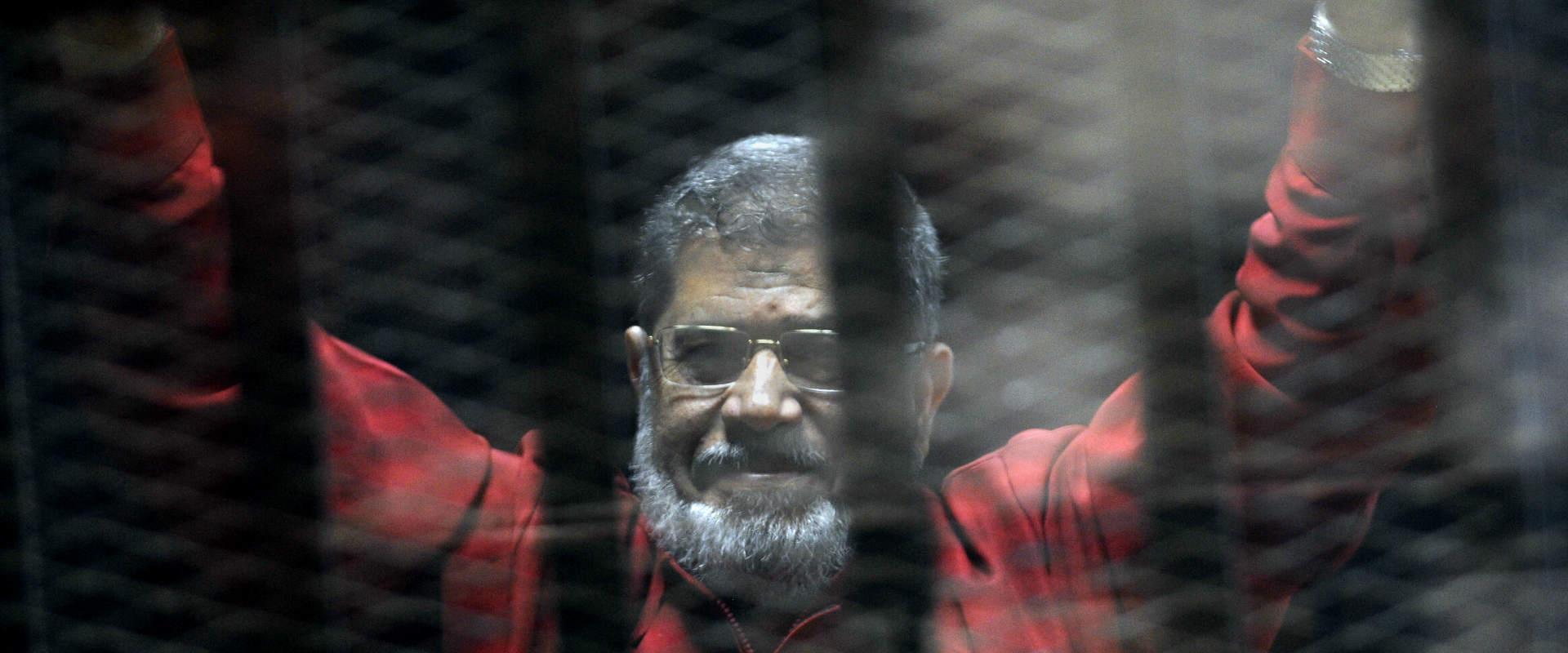 נשיא מצרים לשעבר, מוחמד מורסי, במדי אסיר