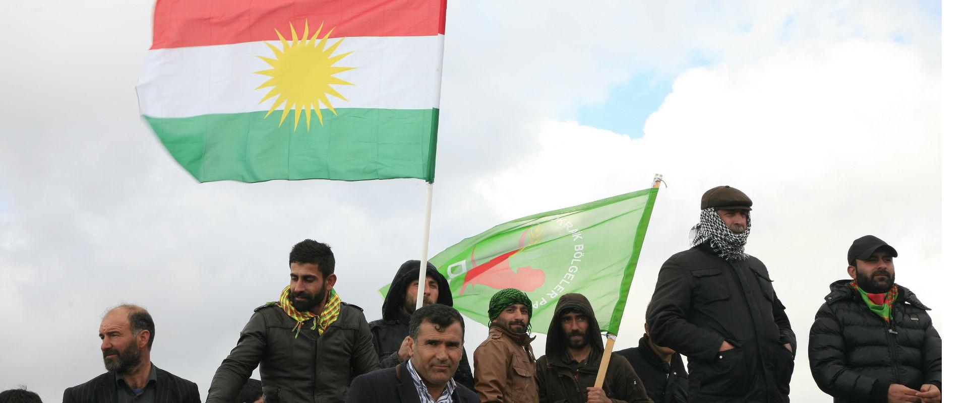פעילים הארגון הצבאי הכורדי YPG נושאים את דגל כורדי