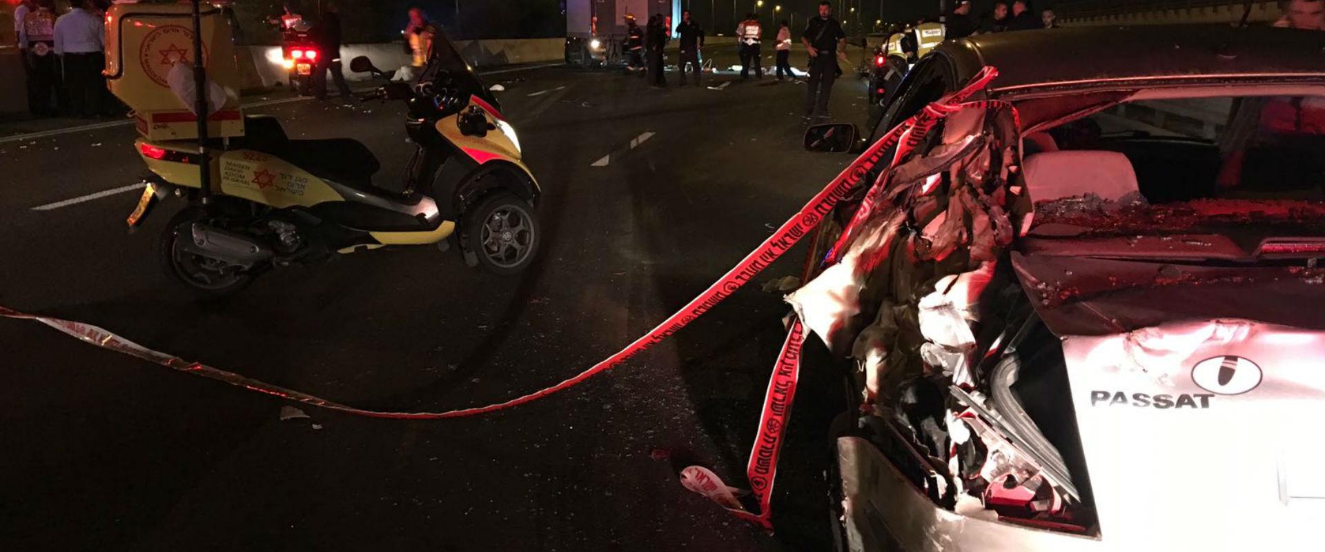 זירת התאונה בה נהרגו 3 צעירים הלילה בכביש 4