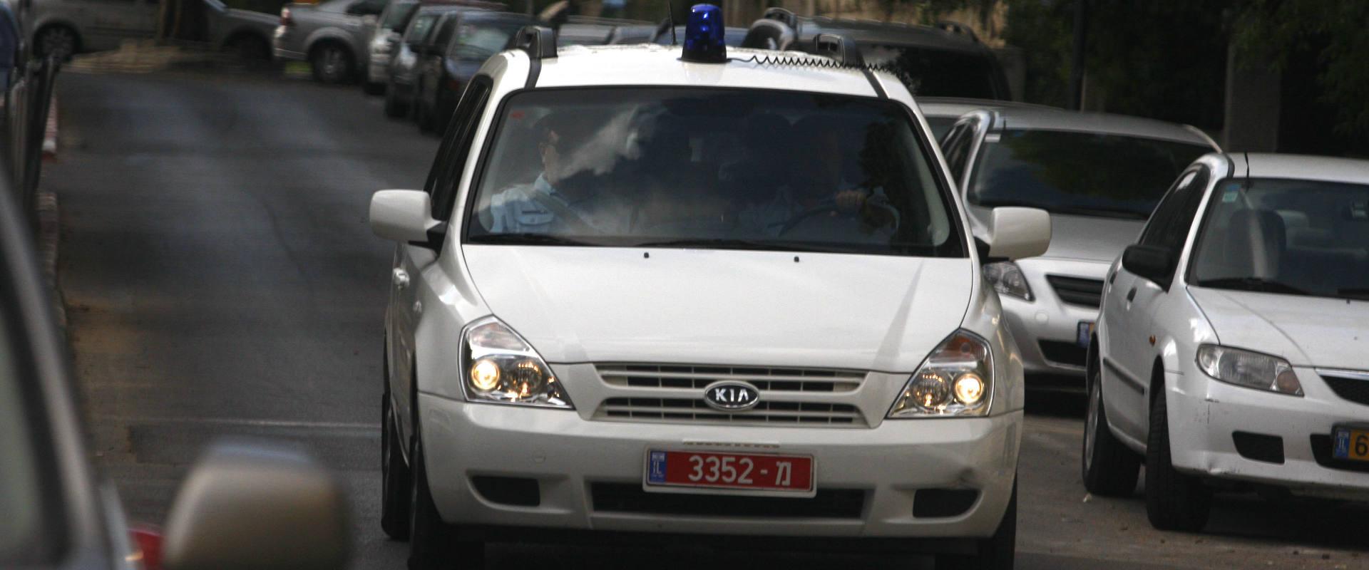 ניידת משטרה. למצולמים אין קשר לנאמר בידיעה