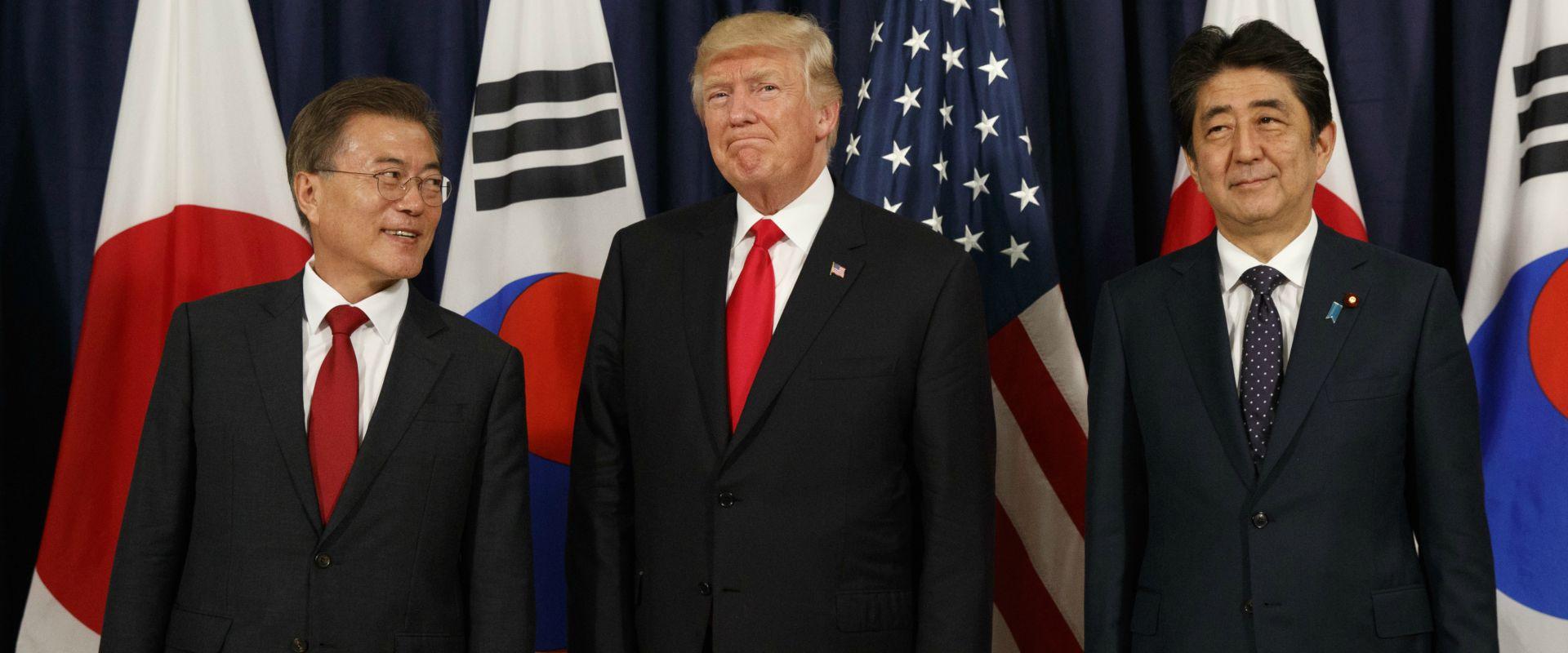 """נשיא ארה""""ב עם ר""""מ יפן ונשיא קוריאה הדרומית"""