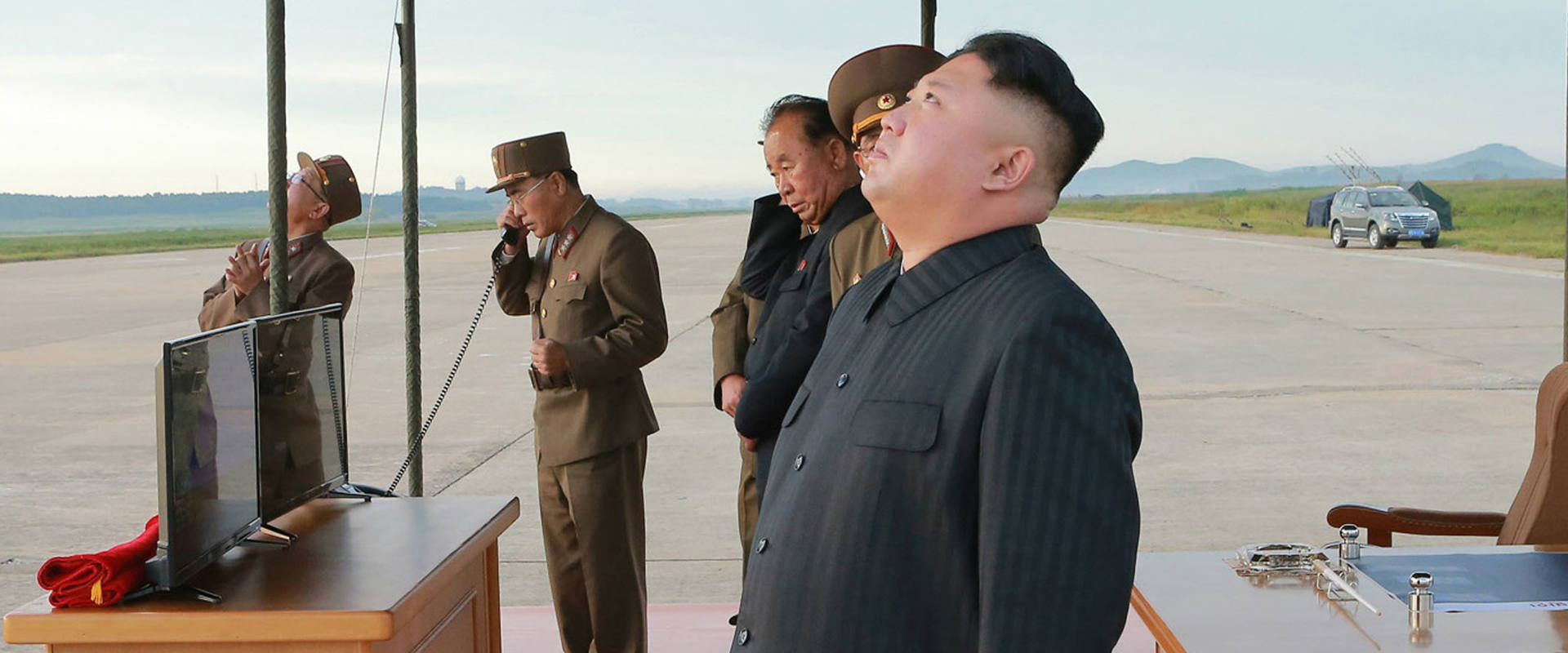 קים ג'ונג און צופה בניסוי בשיגור טיל, לפני כשבוע
