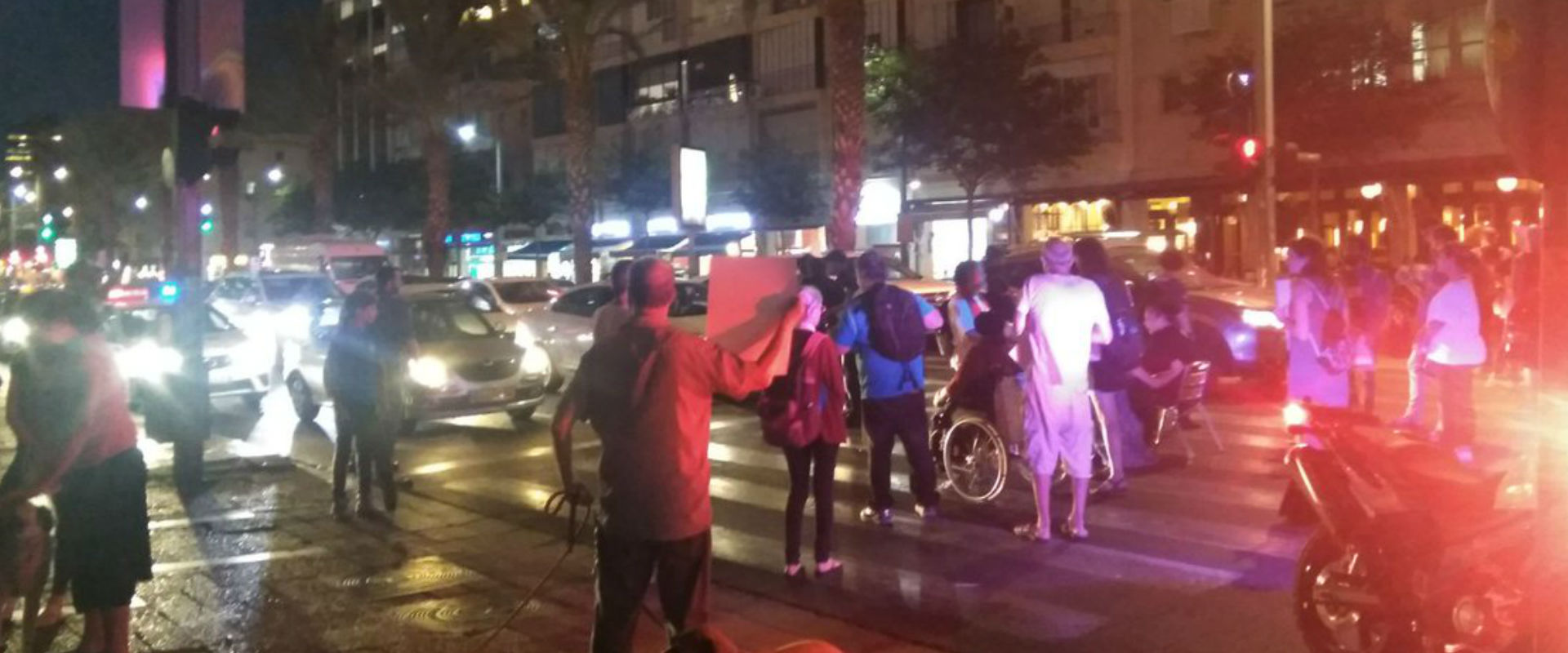 """פעילים במאבק הנכים חוסמים את רחוב אבן גבירול בת""""א,"""