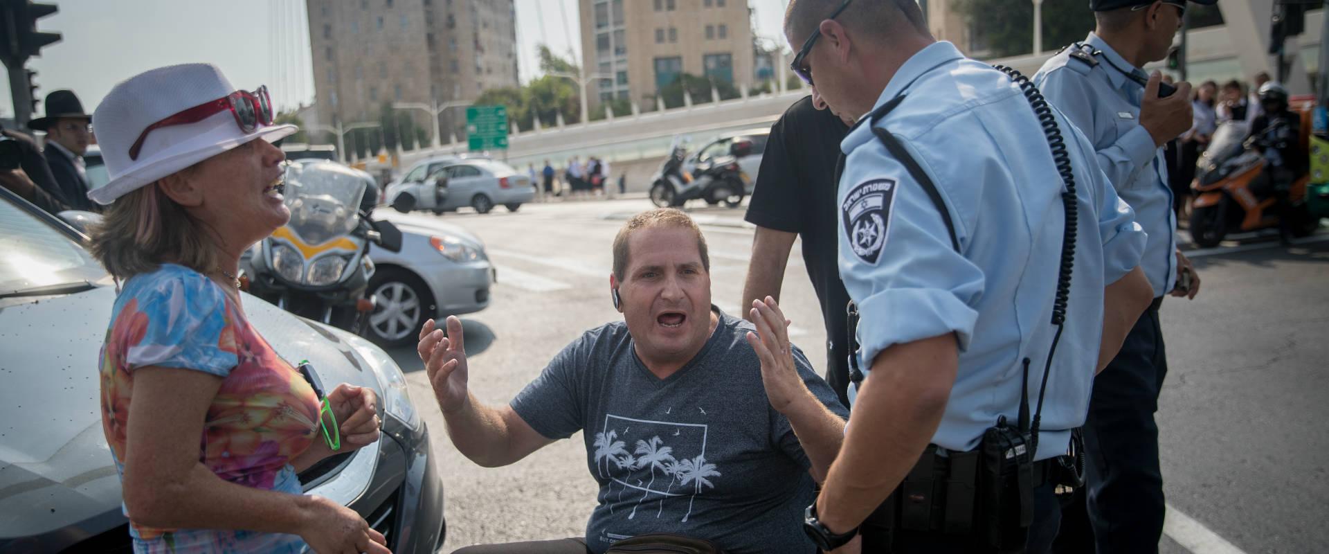 מפגין עם מוגבלות מתעמת עם שוטרים בשבוע שעבר