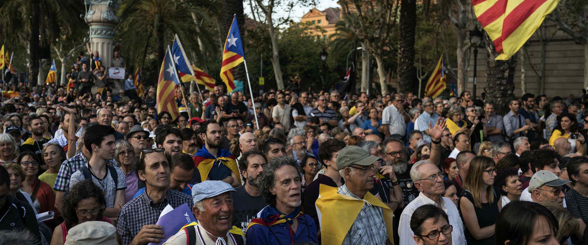 מפגינים נגד הכרזת עצמאות קטלוניה בברצלונה, שלשום