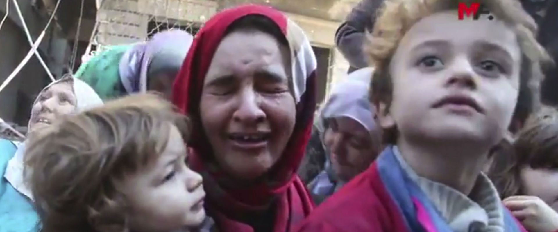תושבת א-רקה בוכה לאחר שנחלצה מהשטח בשליטת דאעש, הי