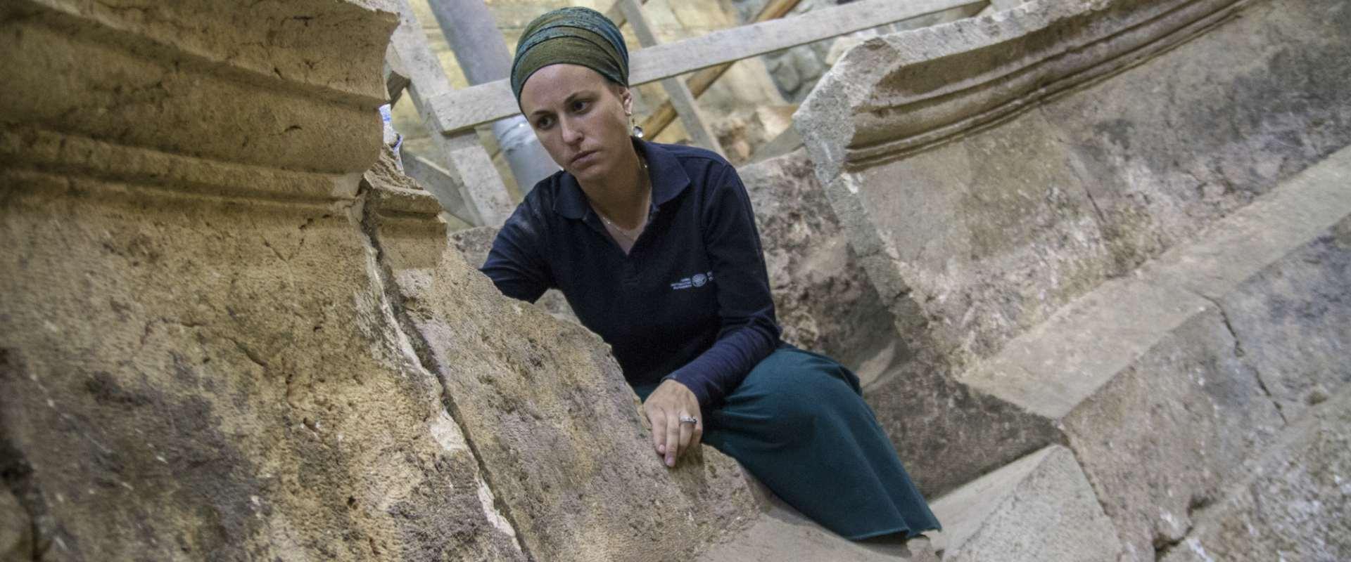 . ארכיאולוגית רשות העתיקות תהילה ליברמן במבנה התיא