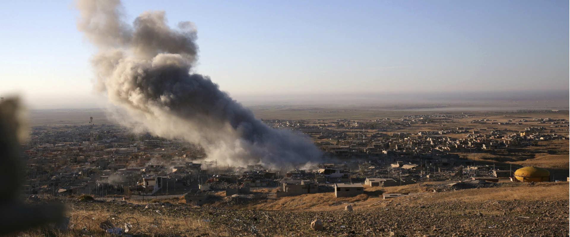 עשן מיתמר מעל העיר סינג'אר, עיראק, כחלק מהלחימה בא