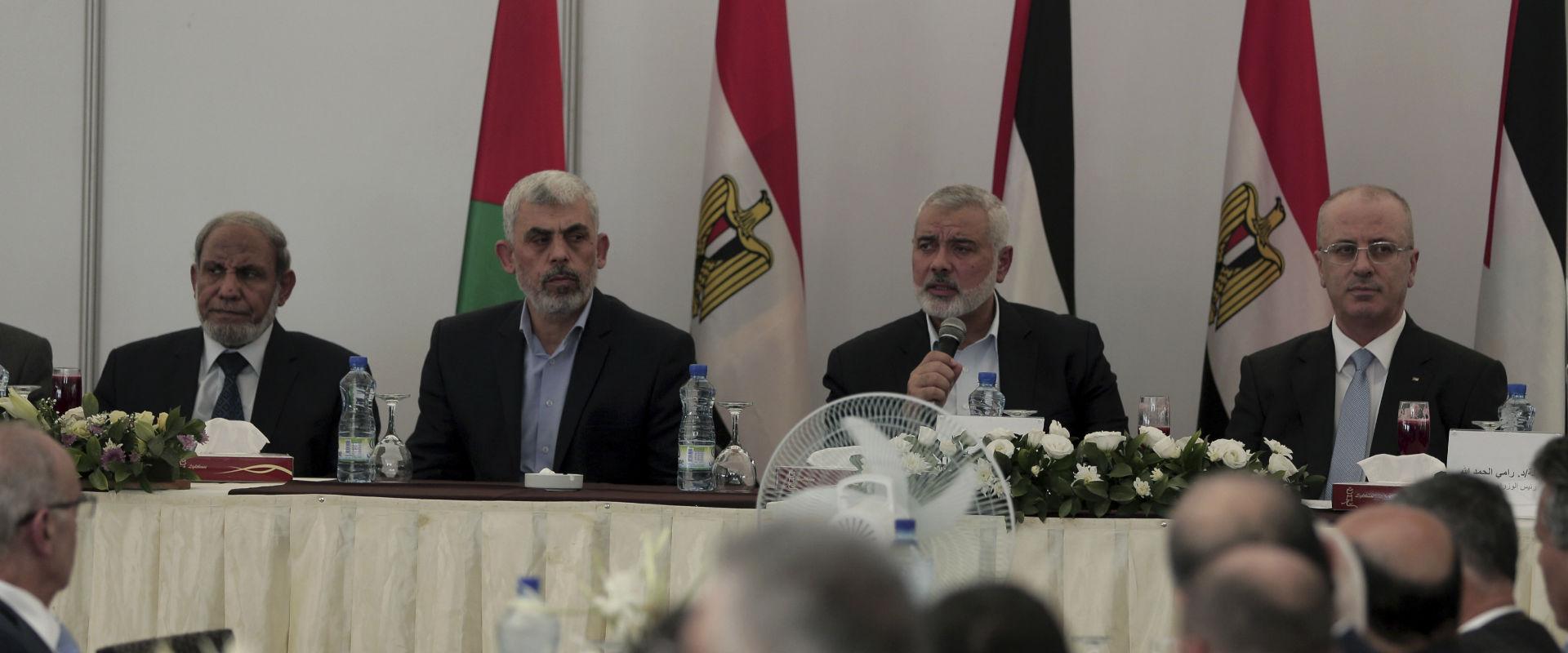 מימין: ראש הממשלה הפלסטיני ראמי חמדאללה במהלך ביקו