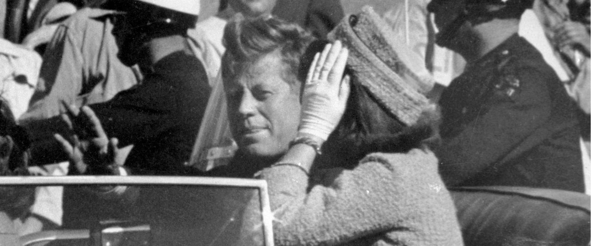 הנשיא קנדי ורעייתו, דקות לפני הרצח בדאלאס. ארכיון