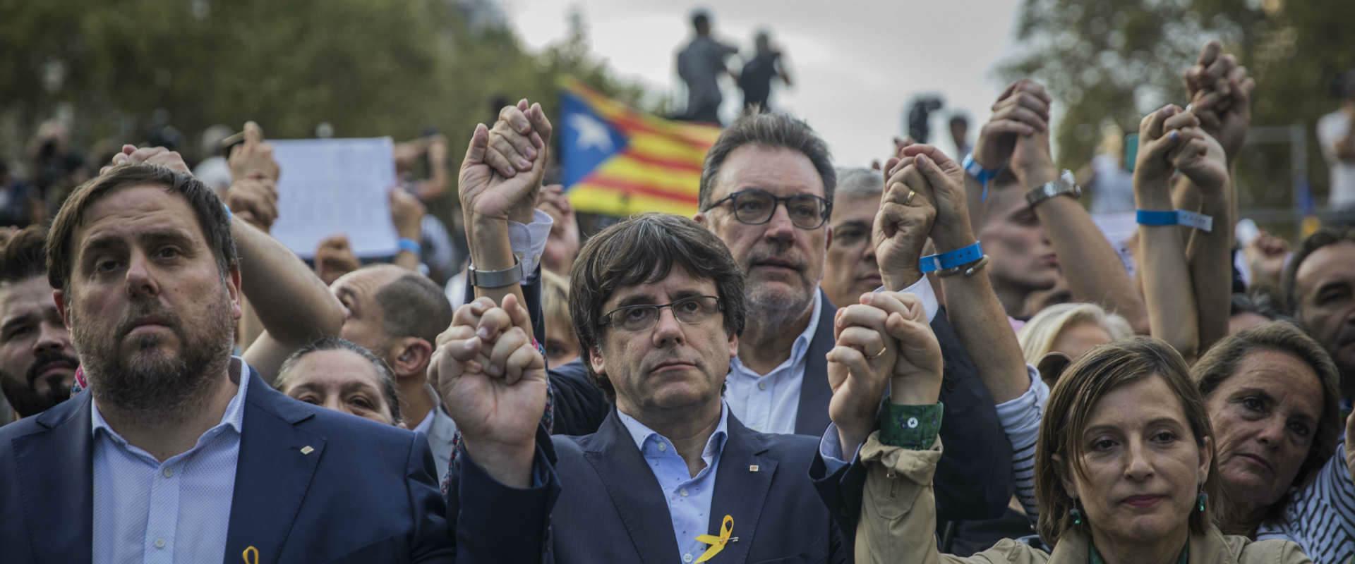 נשיא קטלוניה קרלס פוג'דמון ומפגינים למען עצמאות