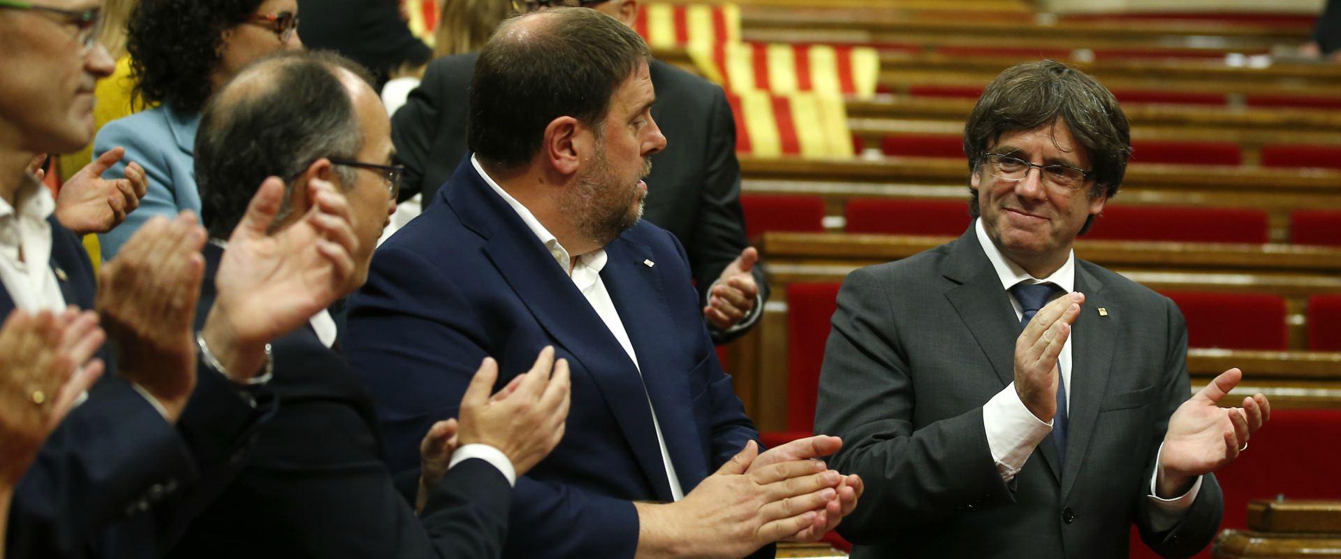 מנהיג קטלוניה עם חברי הפרלמנט המקומי